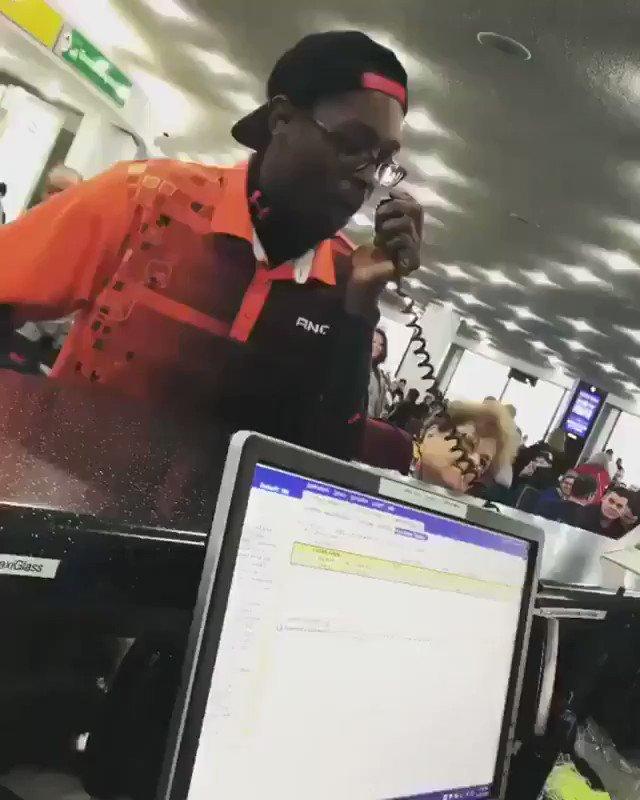 空港で暇を持て余した人たちのために1人の男がマイクをジャック!  https://t.co/HIMSY1Vl8f