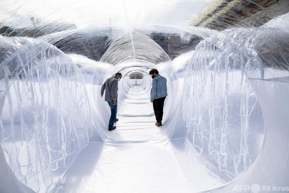 【今日の1枚】感染予防の道、アート展示のようなプラスチックドーム