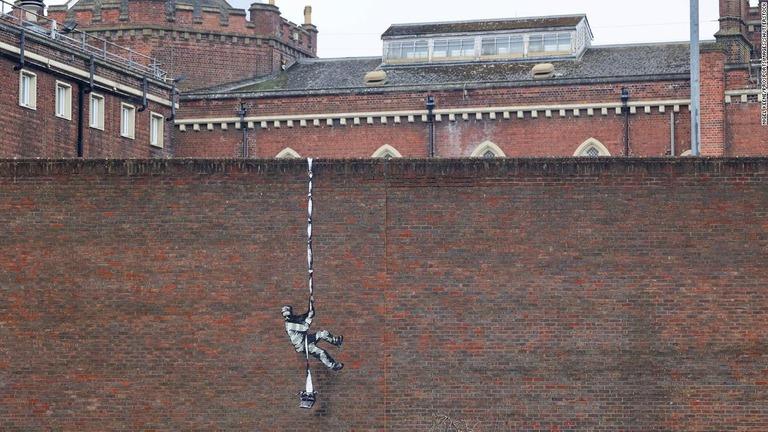 バンクシーの作品?、旧刑務所の壁に「脱獄囚」出現