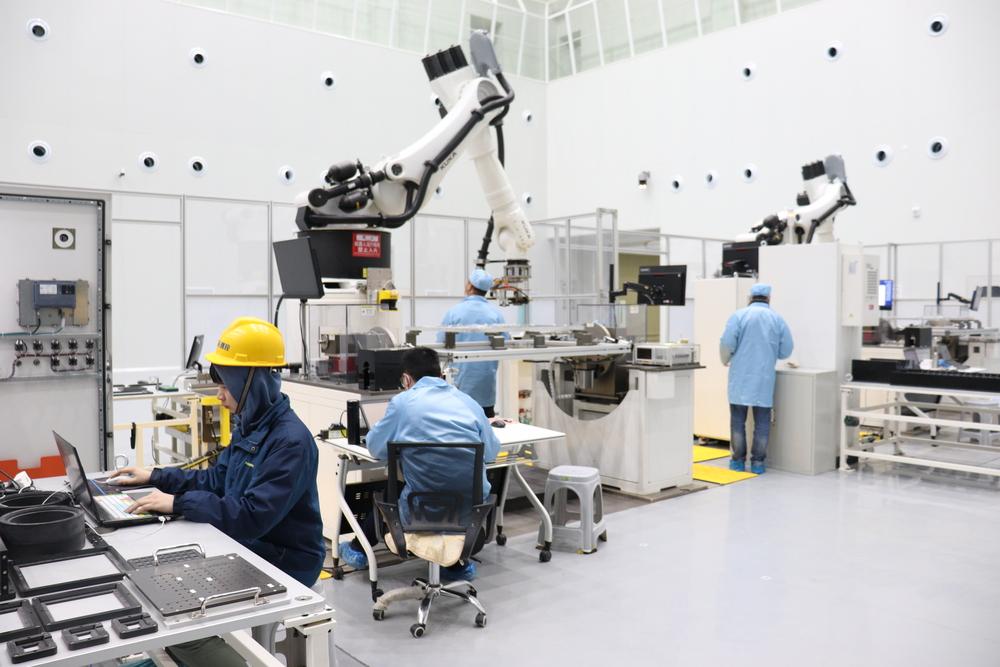 中国初、スマート生産ラインで小型衛星が完成 湖北省武漢市