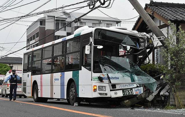 北九州 路線バスが電柱に衝突