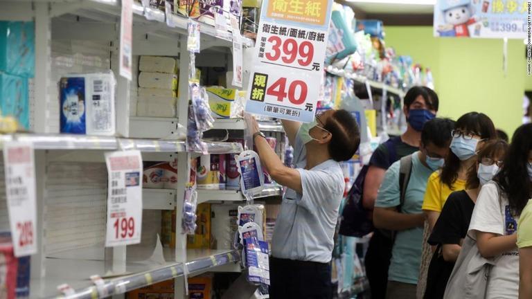 コロナ対応称賛の台湾で過去最多の感染、規制を強化 学校閉鎖も