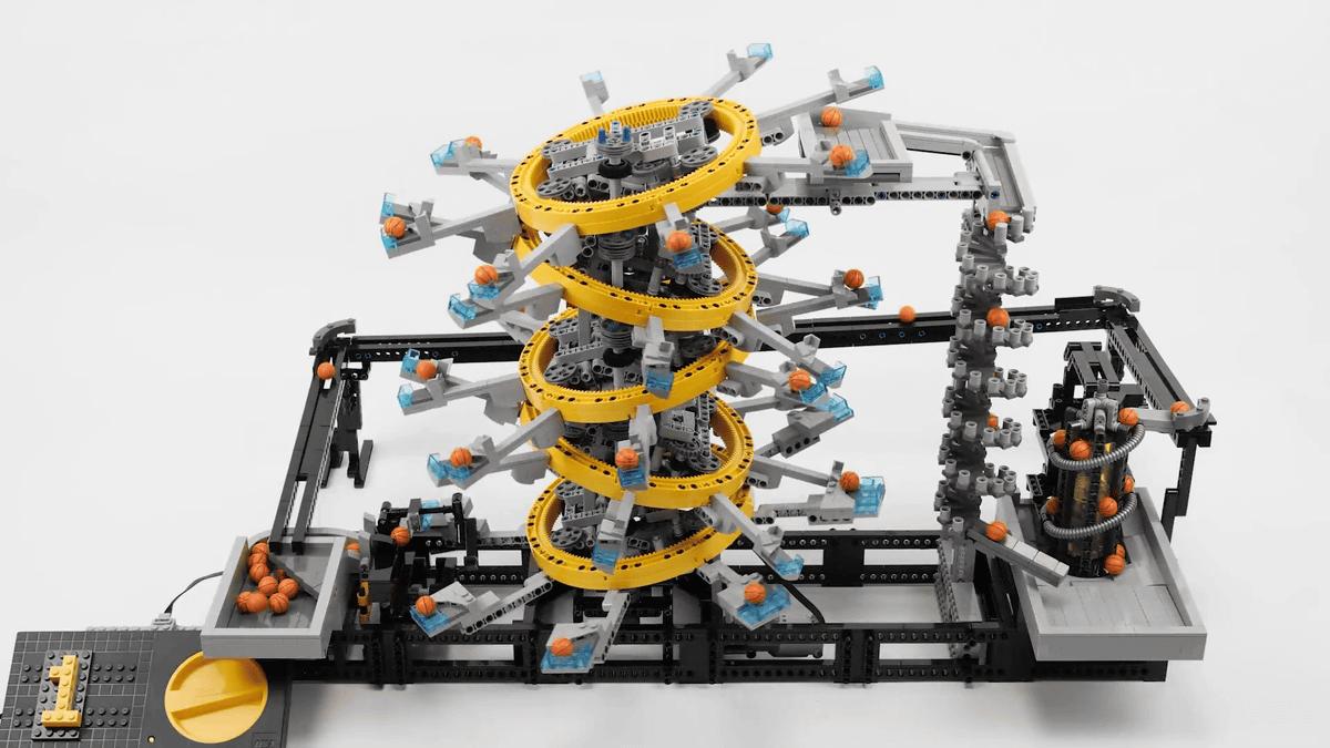 ロボットアームでボールを延々受け渡しする産業用ロボット感あふれる「レゴの玉運び装置:5つのリング」