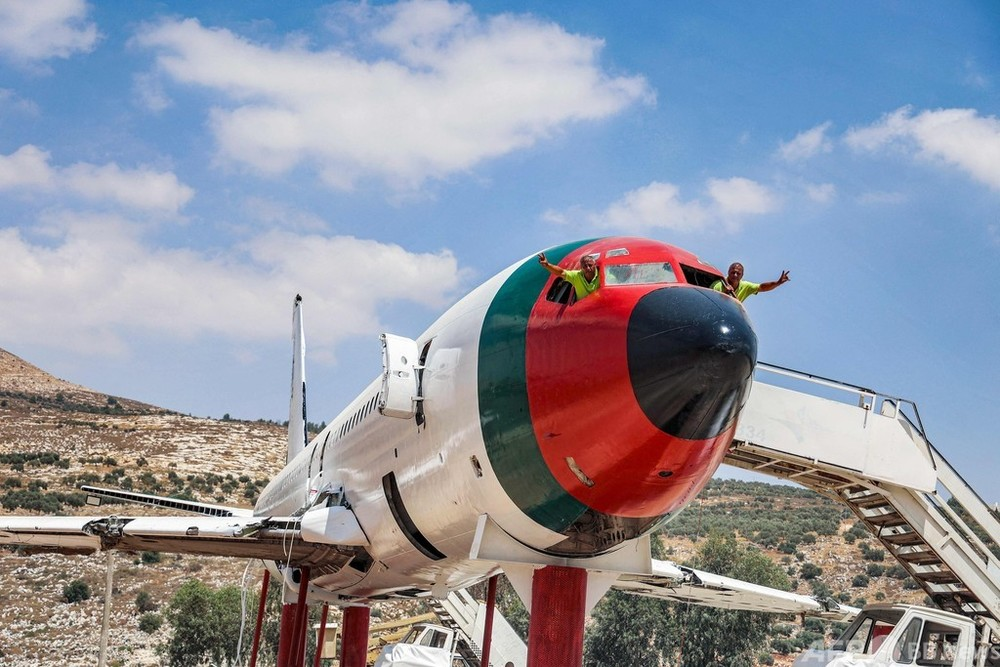 ボーイング機をレストランに変えたパレスチナの双子の兄弟