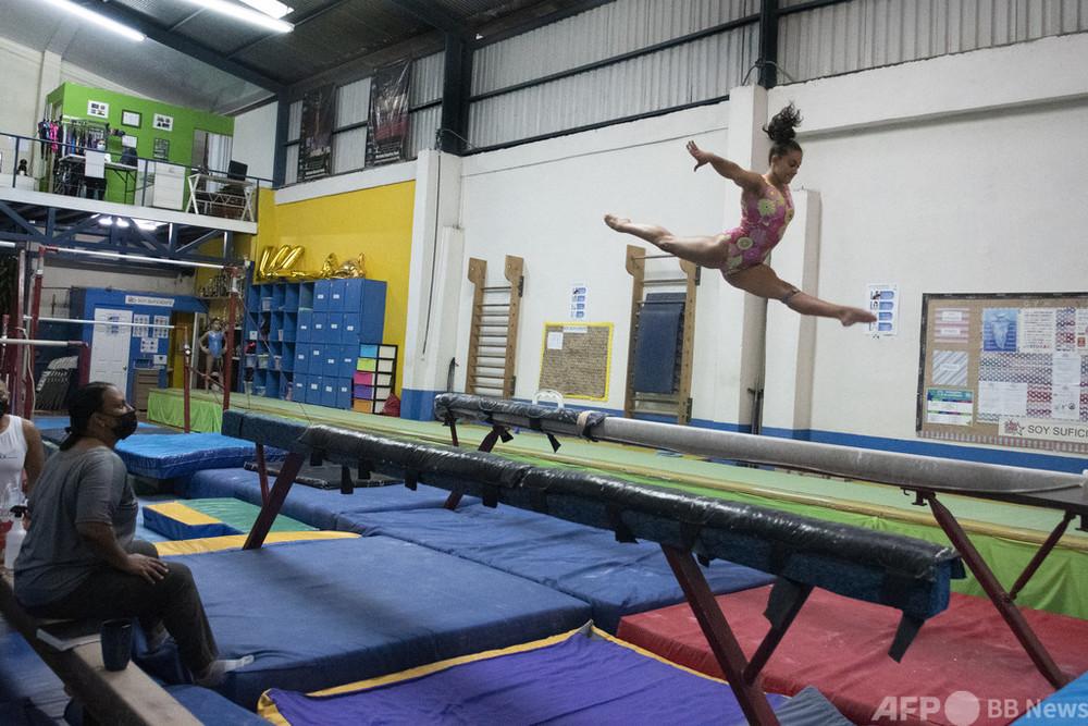動画:コスタリカ初の五輪体操選手は18歳、親子でつかんだ切符