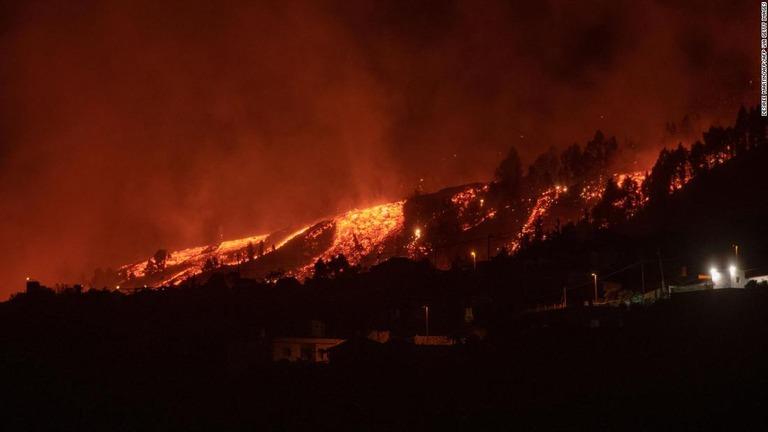 カナリア諸島の火山噴火、溶岩流が大西洋に迫る 爆発や有毒ガスに警戒