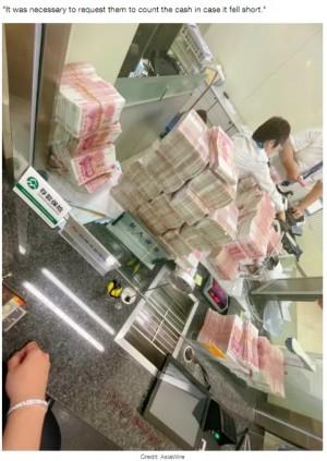 中国の富豪、約9千万円の現金を銀行員に手で数えさせる横暴